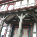 Vordach mit Verzierung eingearbeitet Holzbau Feuerfeil Heblos